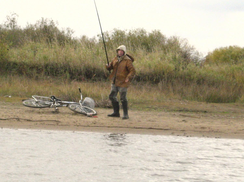 Рыбак с поплавочной удочкой