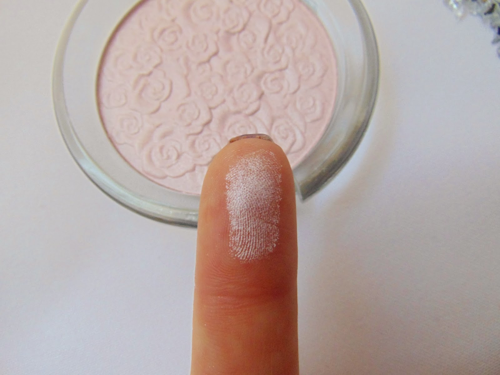 essence cinderella – highlighter Swatch - www.annitschkasblog.de