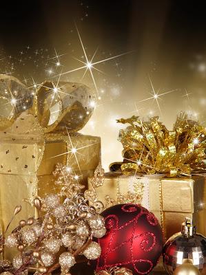 Postal navideña con esferas y regalos
