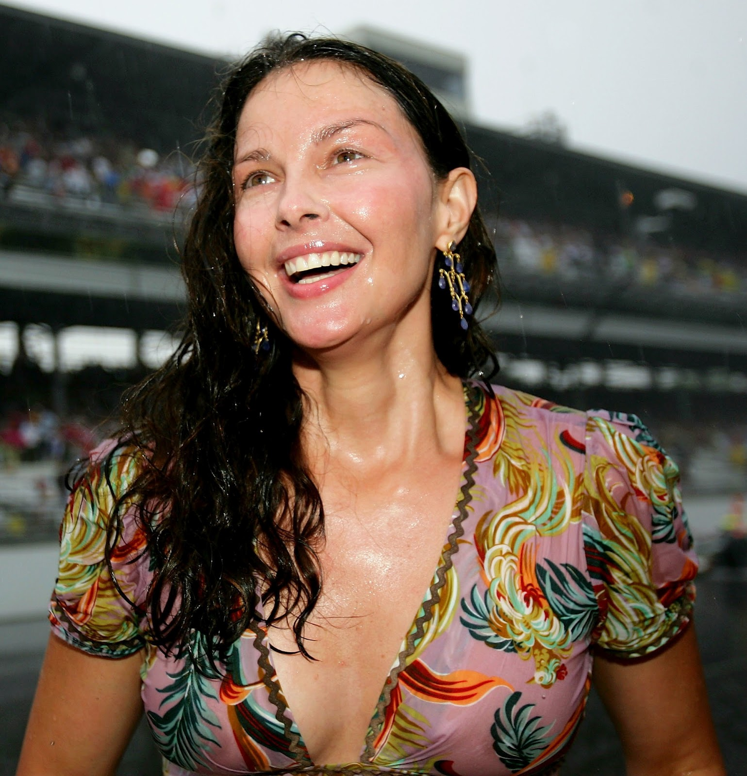 http://1.bp.blogspot.com/-nLLN6Zknqeg/T5hWq7PwMbI/AAAAAAAAA-k/bDZSqqkroYY/s1600/ashley_judd_indy_500_see_thru_in_the_rain_may_27_2007_MOdymd5.jpg