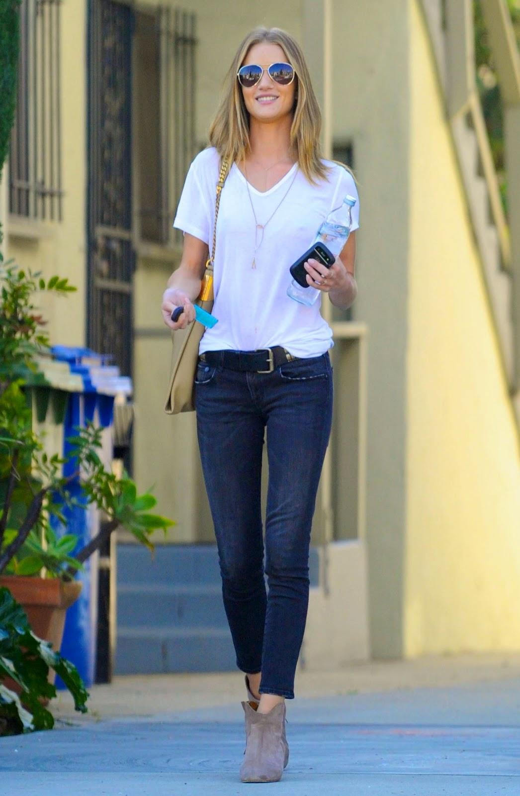 Белая майка и джинсы фото женские