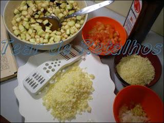 Ingredientes para fazer berinjela a parmegiana no micro-ondas.