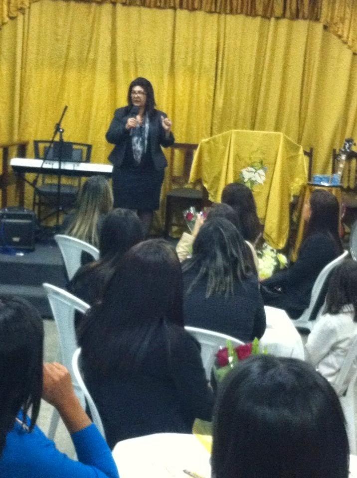 Ministrando palestra para mulheres, no Dia das Mães