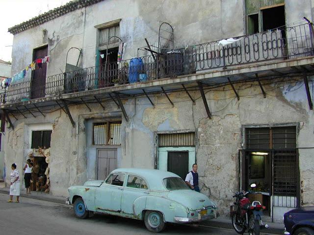 Antes de comunismo Cuba tinha o maior PIB per capita da América Latina.  Com o comunismo caiu na mais tirânica miséria.