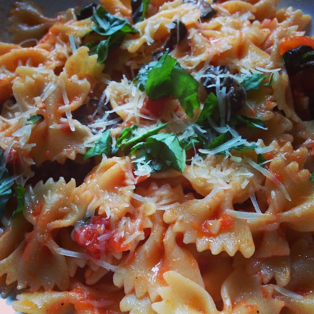 Pasta con tomate y aceitunas