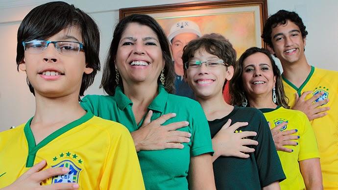 تقف العائلة لتحية العلم بستة أصابع