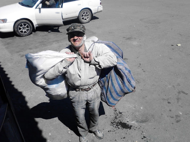 Бомж с двумя сумками