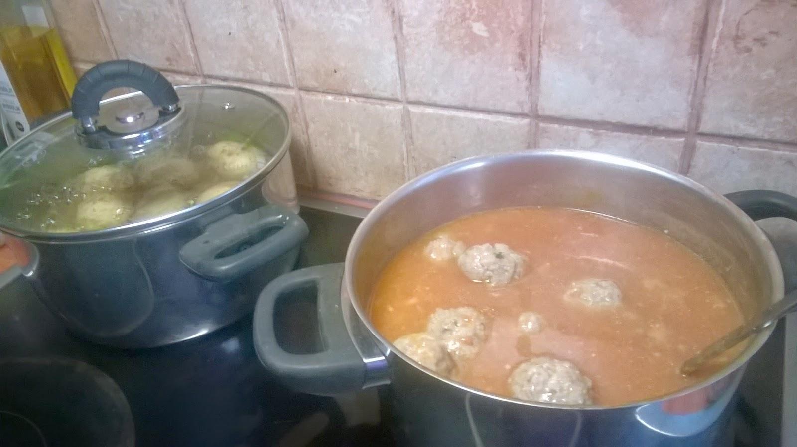 Keitetyt lihapullat tomaattikastikkeessa