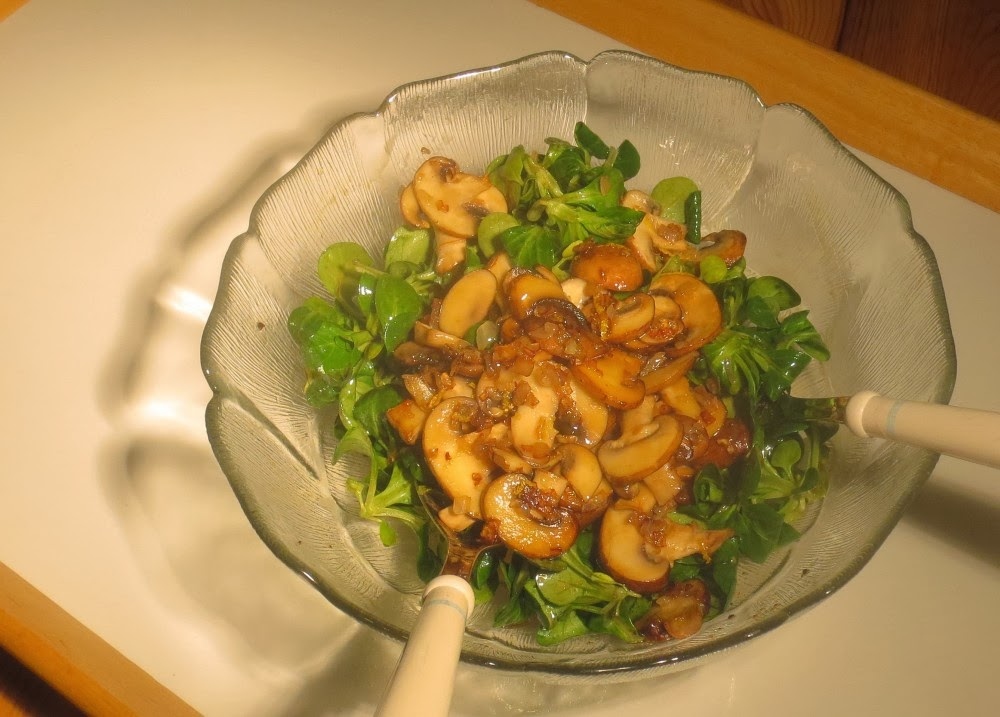 Feldsalat mit warmen Pilzen und einer Zitronen-Vinaigrette