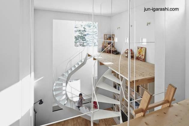 Escaleras interiores minimalistas en una casa contemporánea del Japón