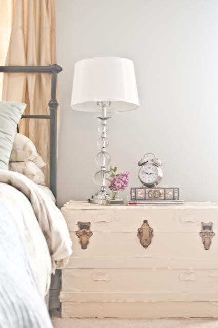 Vivre Shabby Chic: Un baule in camera da letto.