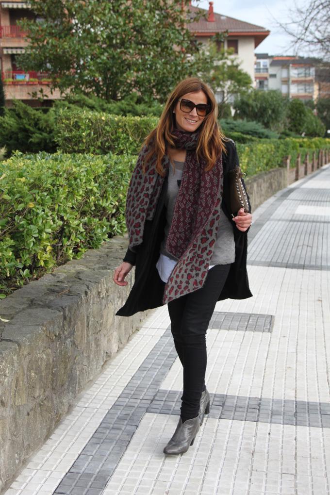 abrigo-negro-camiseta-bufanda