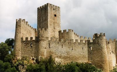 Castello complesso architettonico ad uno o più edifici fortificati, realizzato nel Medioevo per ospitare soldati, sorge solitamente in un luogo strategico e spesso su di un promontorio o comunque in una zona in altura per permetterne la difesa