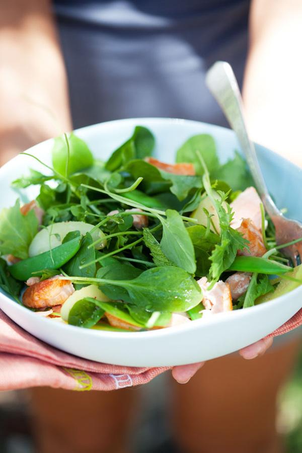 bol de ensalada verde y salmon
