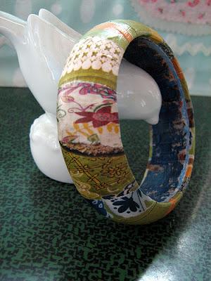 Pulseras anchas reciclando el papel de regalo por Recicla Inventa