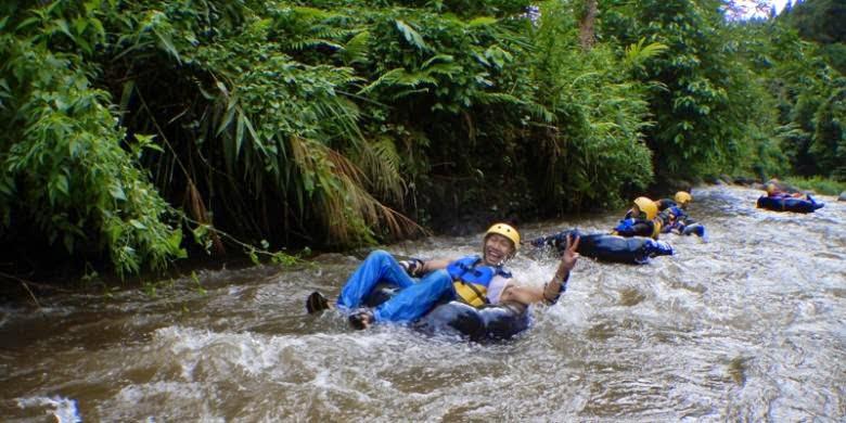 Tubing alias Body rafting di kali Badeng, Kec.Songgon, Banyuwangi.