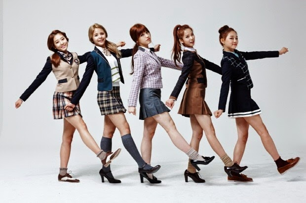 El nuevo grupo kpop femenino de Corea del Sur CLC se convierten en modelos para una marca de ropa