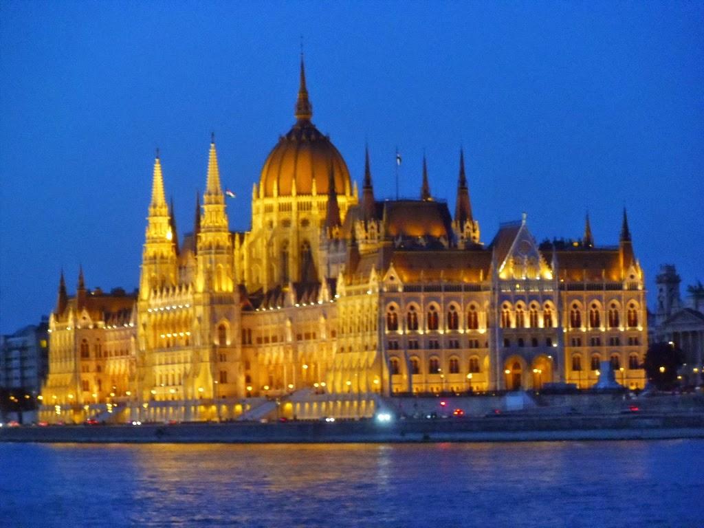 Vista do Parlamento a noite pelo lado Buda