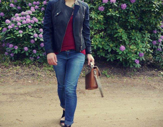 Weshalb ein klassisches Jeans und T-Shirt Outfit so schön und gleichzeitig einfach ist