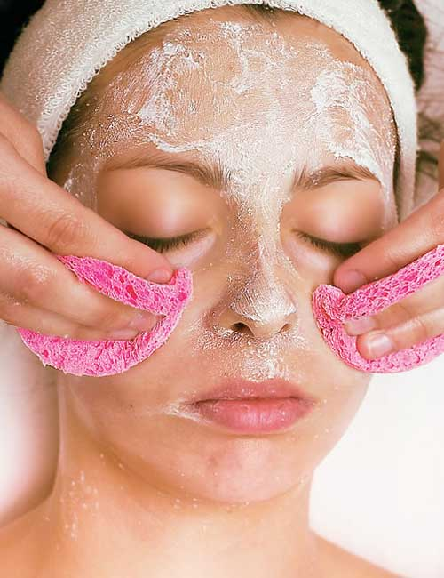 Belita las máscaras para la persona que limpia