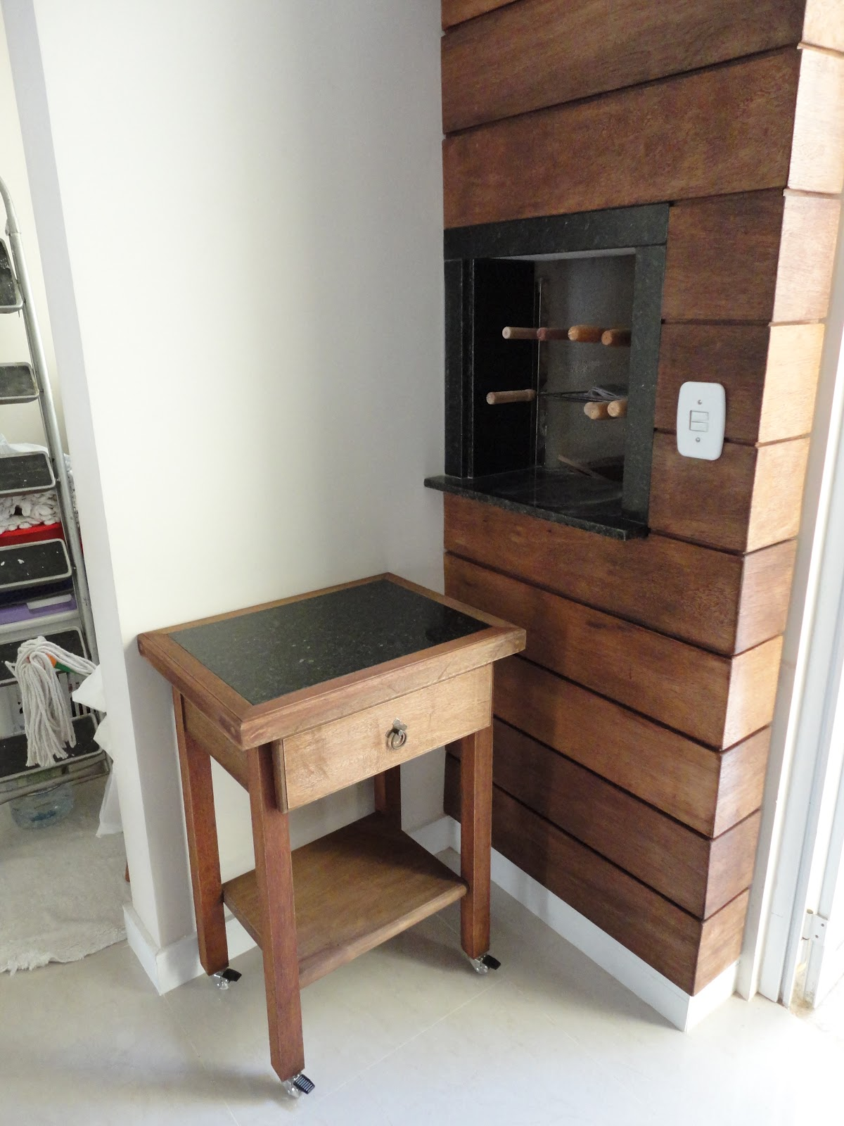 Painel de madeira na churrasqueira mais mesa auxiliar para churrasco #674333 1200x1600