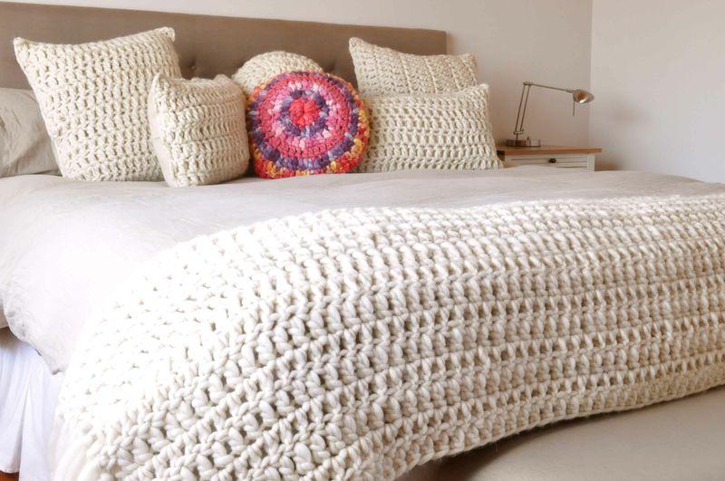 Almohadones y pies de cama tejidos 100 a mano for Cubrepies de cama