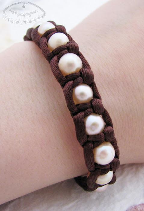 Makramowa bransoletka z pereł i sznurka satynowego 3
