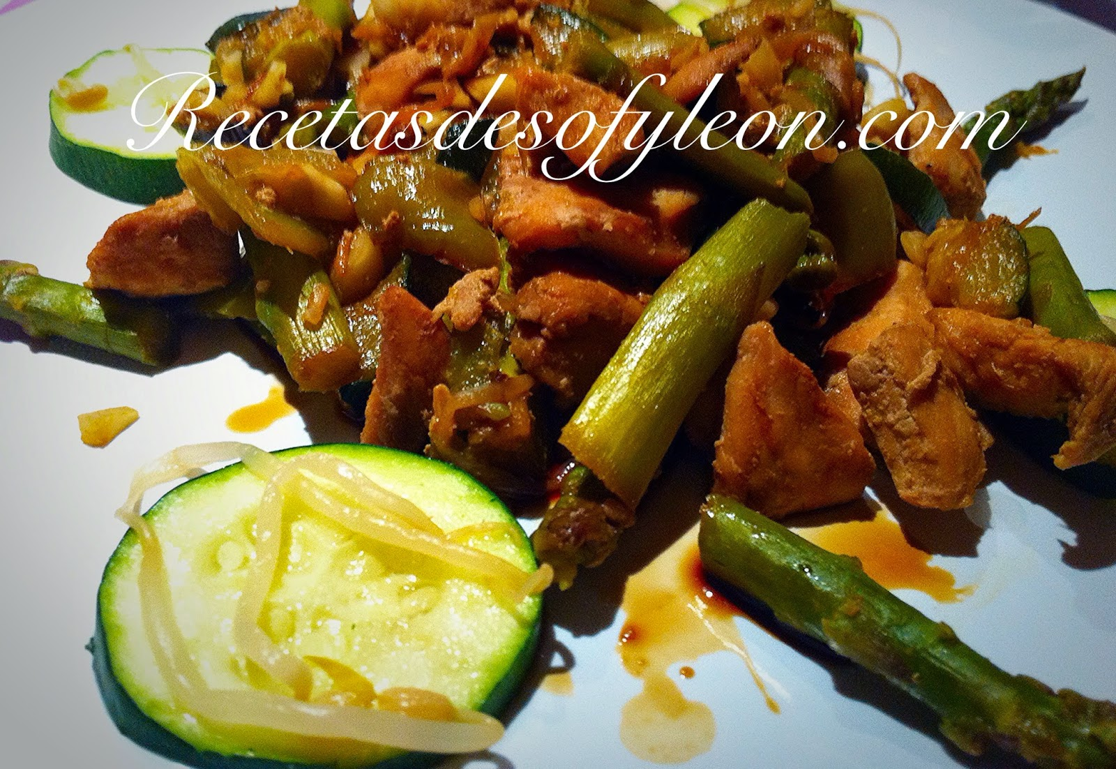 Receta de pollo macerado en salsa de soja con verduras.