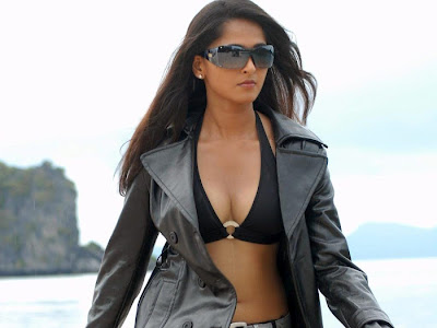 Hot and spicy actress Anushka shetty cleavage photos
