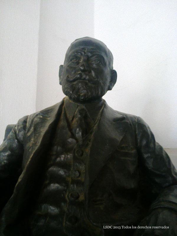 Figura sedente de un fundador
