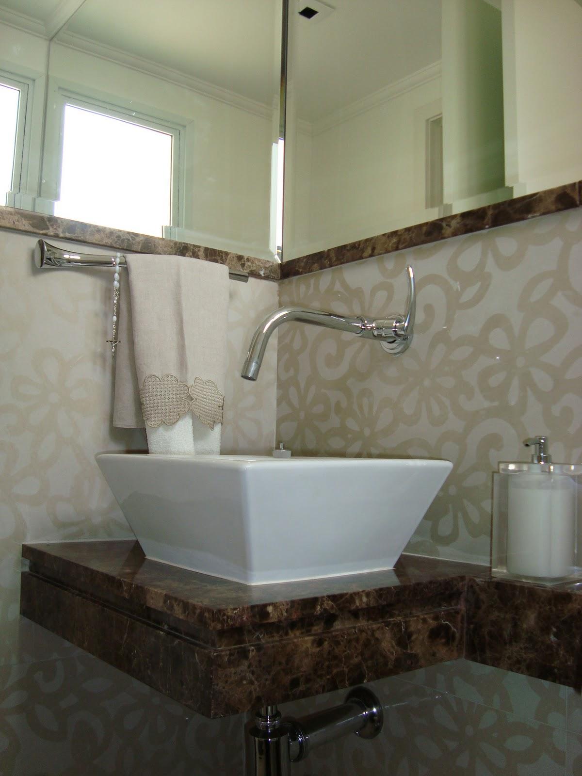 Lavabo à francesa : detalhe na bancada de mármore marrom imperial e  #515B3C 1200x1600 Banheiro Branco Com Marrom