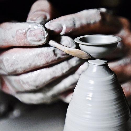 09-Jon-Almeda-Tiny-Miniature-Pottery-Vases-Teapots-and-Bowls