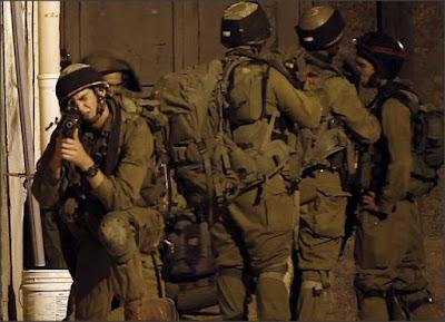 Soldados das FDI na aldeia da Cisjordânia de Awarta, 26 de junho de 2014. AFP