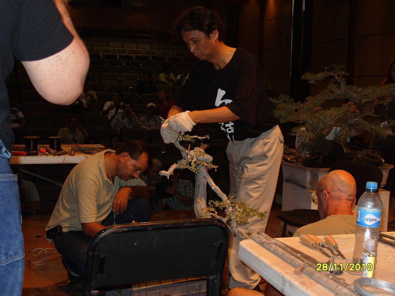 Ayudando en su demo del Maestro Ming loo felab 2010