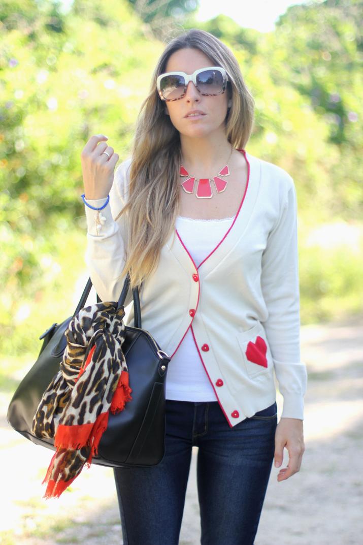 Fashion blogger Mónica Sors (Mes Voyages à Paris) wearing jeans