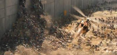 Escena de la película Guerra Mundial Z donde se ven un monton de zombies amontonados para subir un gran muro.