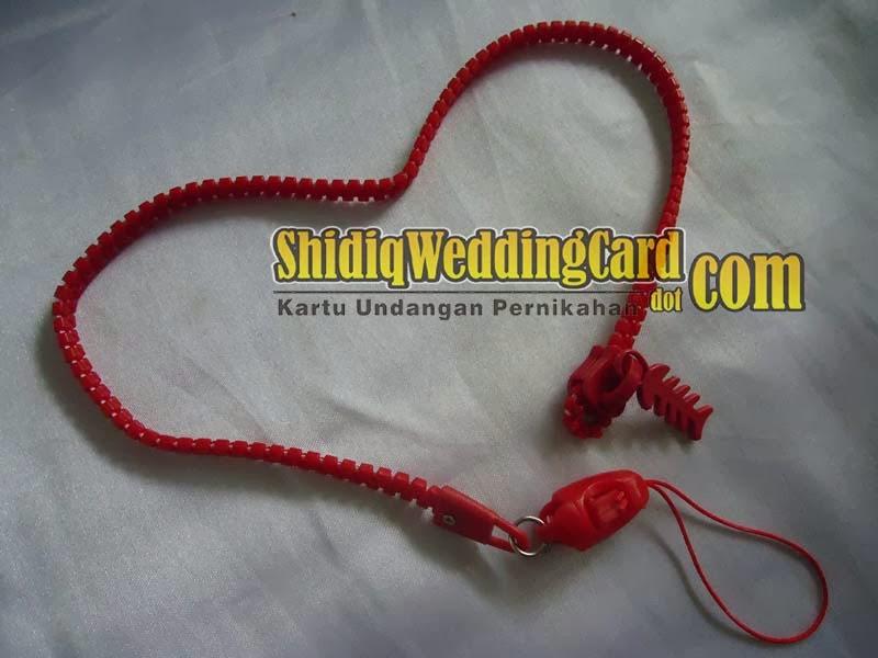 http://www.shidiqweddingcard.com/2014/02/souvenir-gantungan-hpflashdisk-resleting.html