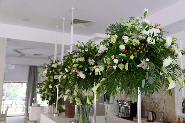 Biel i zieleń, jako uzupełnienie szarości na sali weselnej.