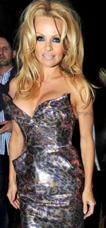 Pamela Anderson con vestido brilloso y escotado