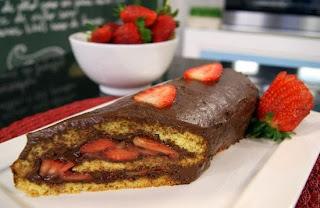 Imagem da sobremesa pronta: receita de rocambole de chocolate bem cremoso e fácil de fazer.