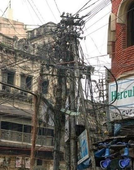 Plein de fils de téléphones entremélés