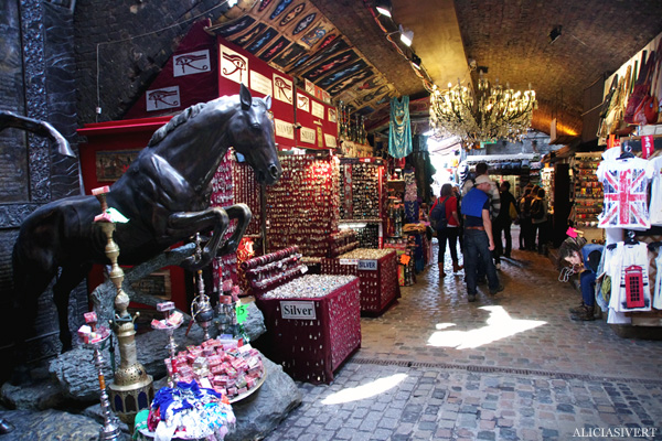 aliciasivert, alicia sivertsson, london med grabbarna, england, camden town, camden lock markets, horse tunnel market, häst, staty, häststaty, statue, marknad