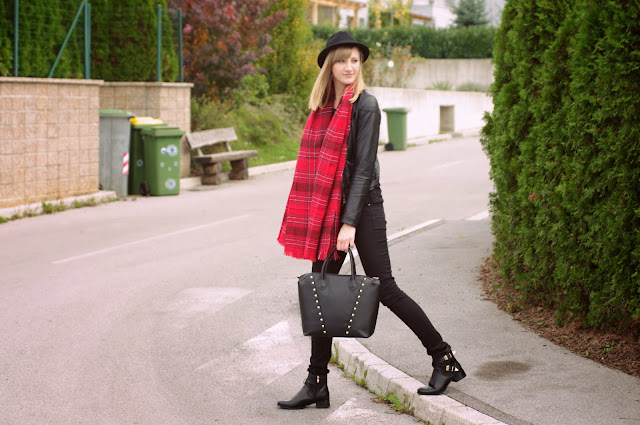 H&M hm tartan scarf, fedora hat outfit, stylowe buty boots, fashion trends, plaid scarf red, all black outfit, fashion style blogger blog