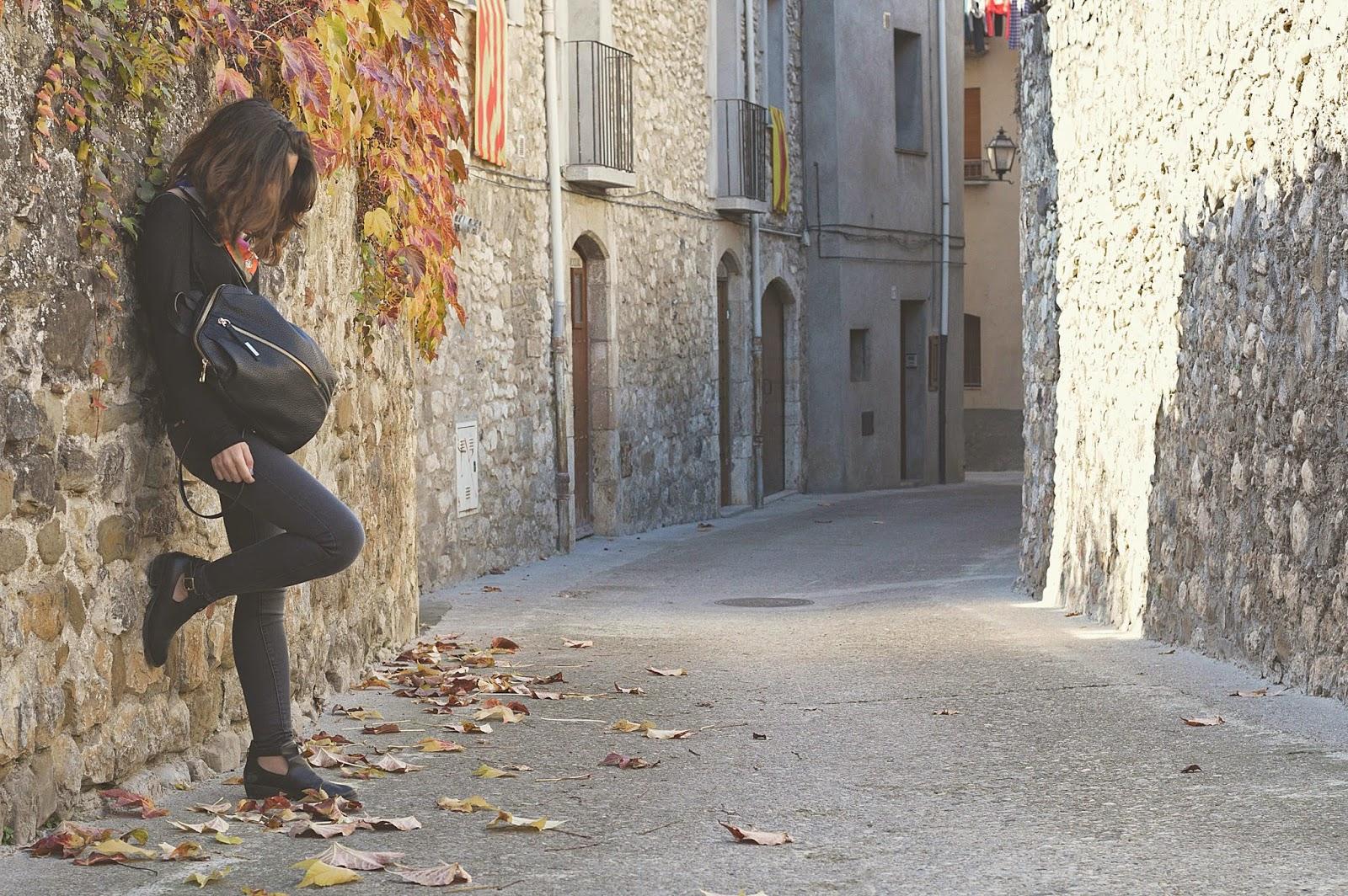 Besalú, Fageda d'en jordà, tejanos cintura alta y camiseta Mango, botines Topshop, turbante The Wandering Collective , bolso Pepe Moll