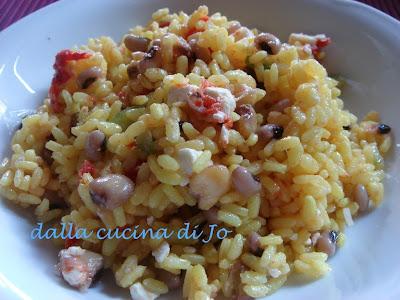 insalata di riso, feta e legumi