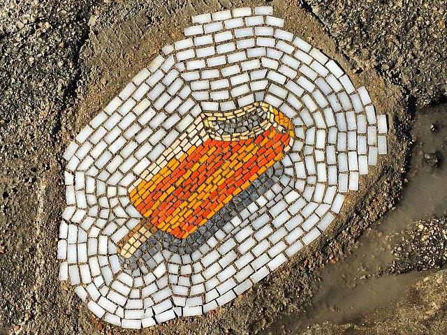 Artista Jim Bachor llena horribles baches con mosaicos de temática de helados