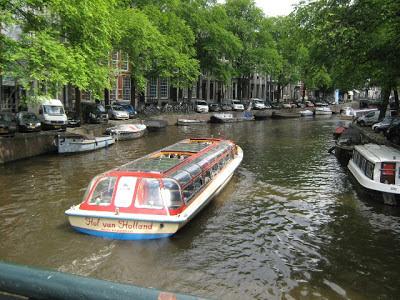 Tomar un tour en barco es una de las mejores maneras de visitar y conocer la ciudad de Amsterdam.