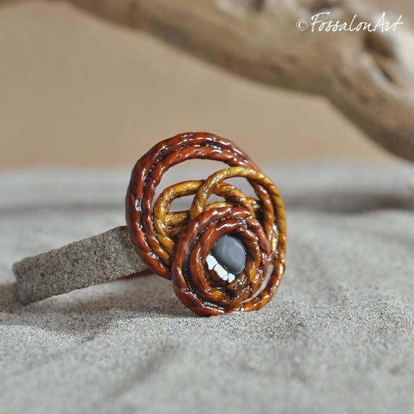 Bracciale in corda, gommalacca e sabbia, decorato con frammenti di conchiglie e sassolini