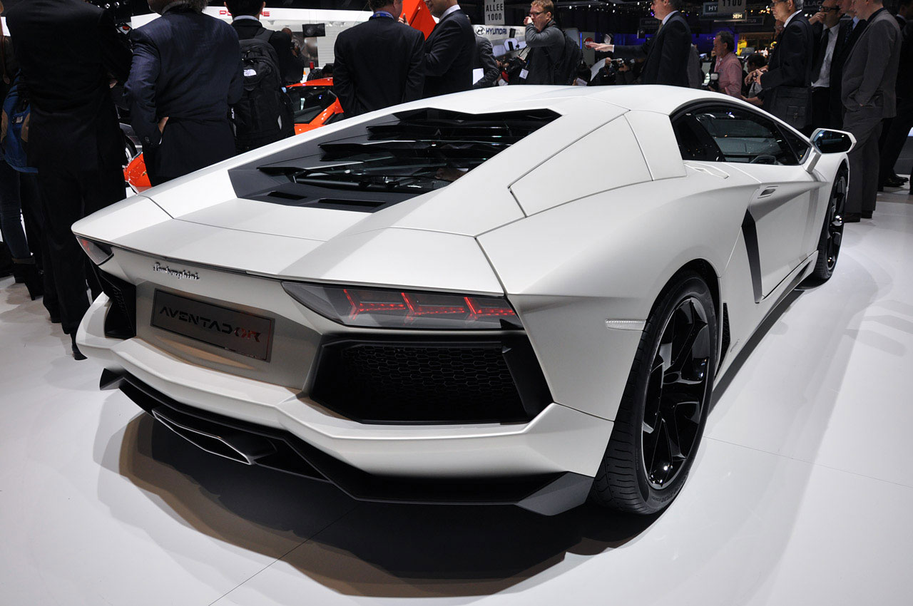 Luxury Lamborghini Cars: Lamborghini Aventador White