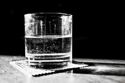 Eufrasio Saluditero Marinetti love Santelia Vaso de agua Un vaso sirve para contener líquidos pero se pasa la mayor parte de su vida vacío